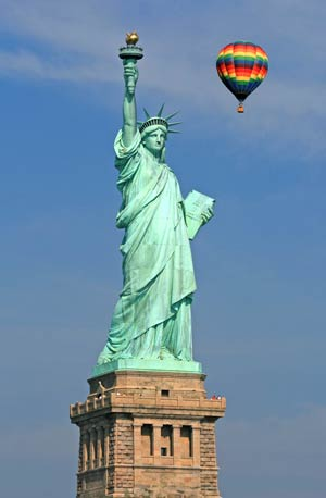 פסל החירות עם בלון פורח