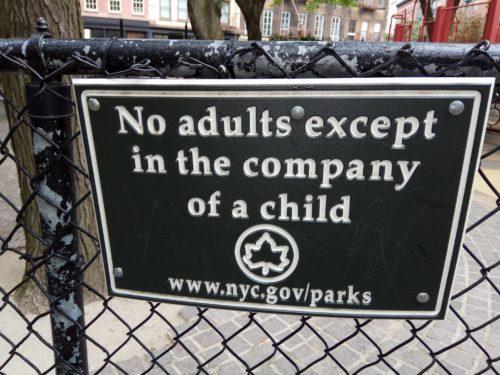 יש גנים בניו יורק שהכניסה למבוגרים אסורה אלא