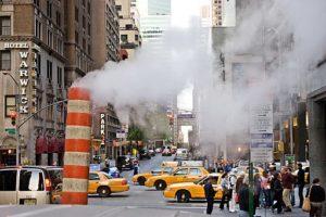 למה יוצאים אדים מרחובות ניו יורק